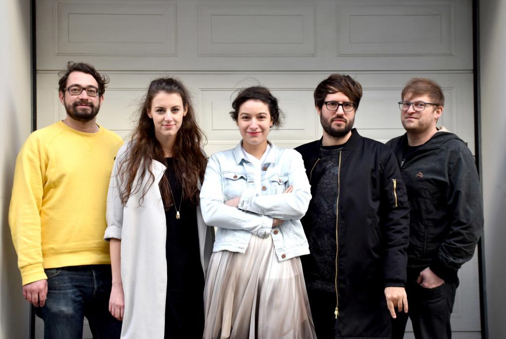 Copyright: Silvia Kluck; oben: Yasmin Vihaus und Amira Ben Saoud; unten: Martin Mühl, Yasmin Vihaus, Amira Ben Saoud, Stefan Niederwieser und Thomas Weber (v.l.n.r.)